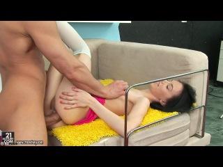 Худенькая девка получает порно кайф на диване
